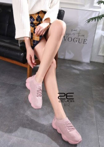 รองเท้าผ้าใบกับกระโปรงสั้น