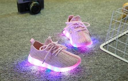 รองเท้าเด็กแบบมีไฟ